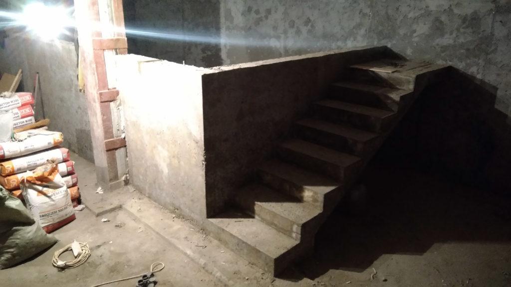 Бетонная лестница в бассейн