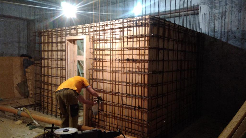 Армирование бетонной стены хамама